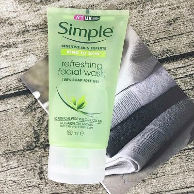 Sữa rửa măt SIMPLE Refreshing Facial wash